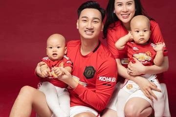 """Gia đình MC Thành Trung làm luôn bộ ảnh đỏ rực kỷ niệm đội bóng MU """"lên đỉnh"""""""