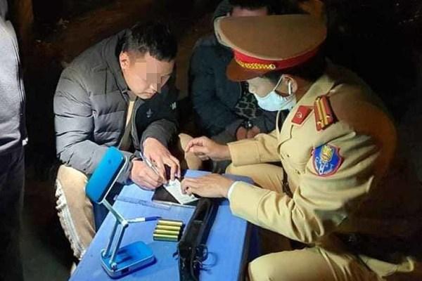 Bắt tài xế say xỉn, mang theo súng hoa cải tại Hà Nội