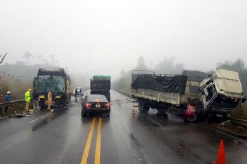 Quay đầu trên cao tốc, xe tải bị xe khách tông trúng, tài xế trọng thương