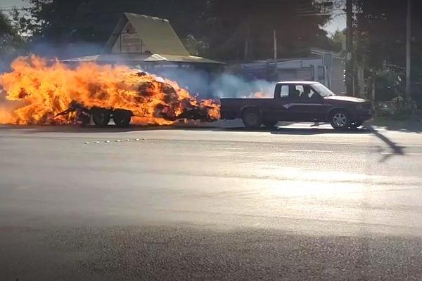 Video: Tài xế lái xe tải lao nhanh trên đường dù phía sau bốc cháy dữ dội