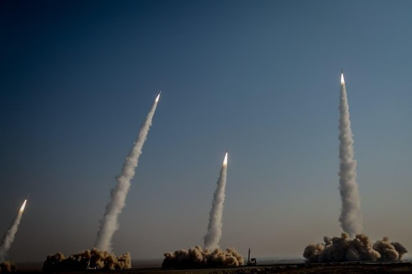 Hàng loạt tên lửa Iran khoe sức mạnh trong cuộc tập trận 'Nhà tiên tri vĩ đại 15'