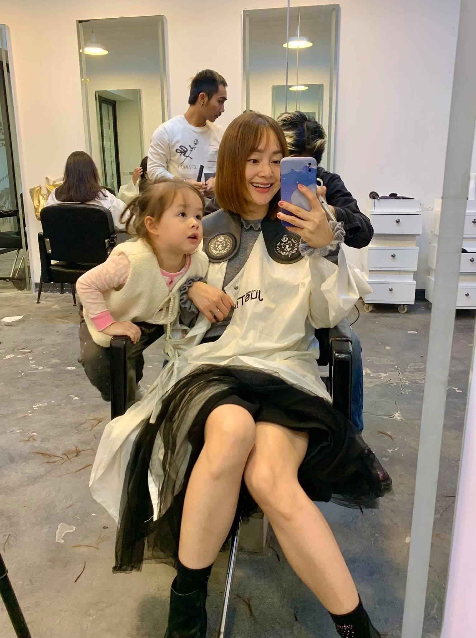 """Lan Phương đi cắt tóc diện Tết nhưng """"file đính kèm"""" mới gây chú ý"""