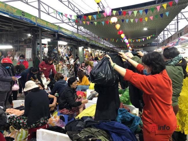 Mưa rét bất thường, chợ đồ cũ vài chục ngàn đồng/món đông khách chưa từng thấy - Ảnh 2.