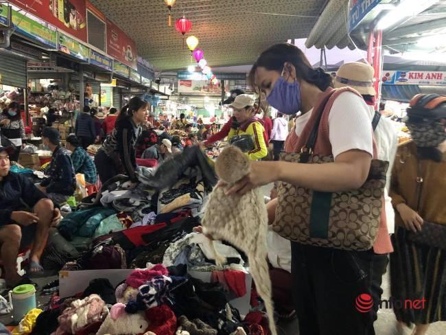 Mưa rét bất thường, chợ đồ cũ vài chục ngàn đồng/món đông khách chưa từng thấy - Ảnh 3.