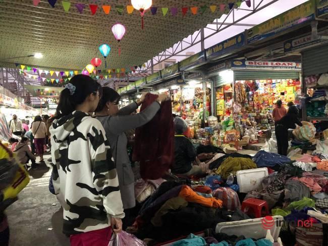 Mưa rét bất thường, chợ đồ cũ vài chục ngàn đồng/món đông khách chưa từng thấy - Ảnh 4.