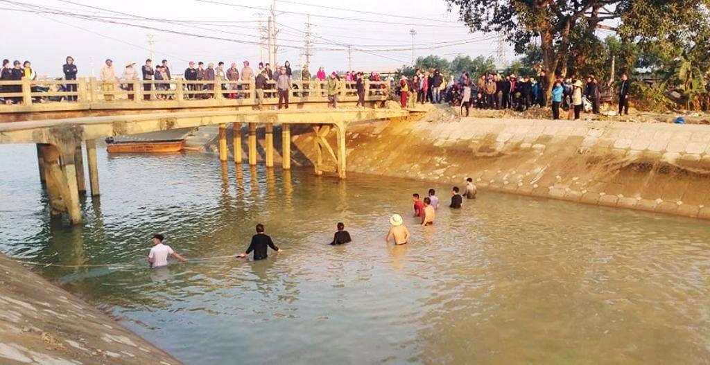 Quặn lòng cảnh hàng chục người lội sông giá buốt để tìm kiếm bé trai 9 tuổi mất tích