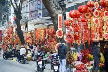 Đèn lồng, câu đối đỏ rực rỡ trên phố Hàng Mã, nhiều người mua trưng Tết sớm