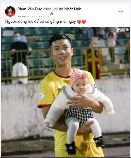 """Phan Văn Đức bế con gái yêu xuống sân cỏ, """"bỏ mặc"""" vợ bơ vơ trên khán đài"""