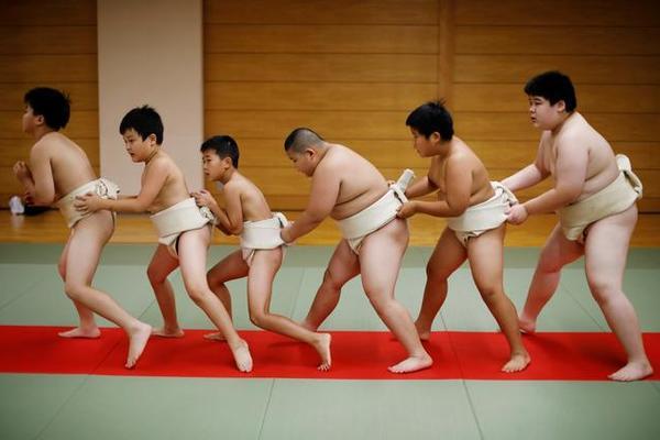 Bật mí bí kíp tập luyện của sumo 10 tuổi nặng 85kg