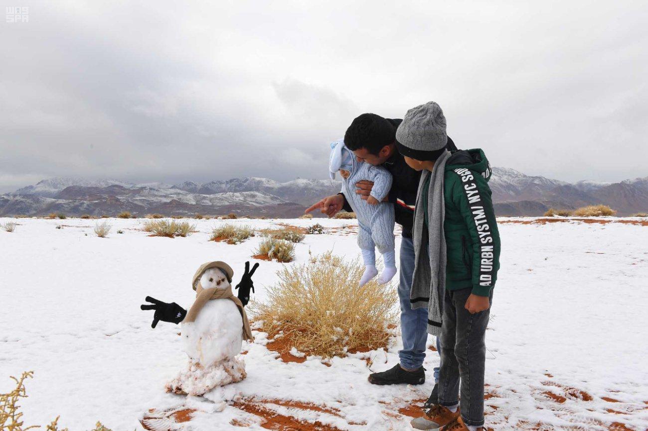 Sa mạc Sahara phủ đầy tuyết trắng gây bão mạng