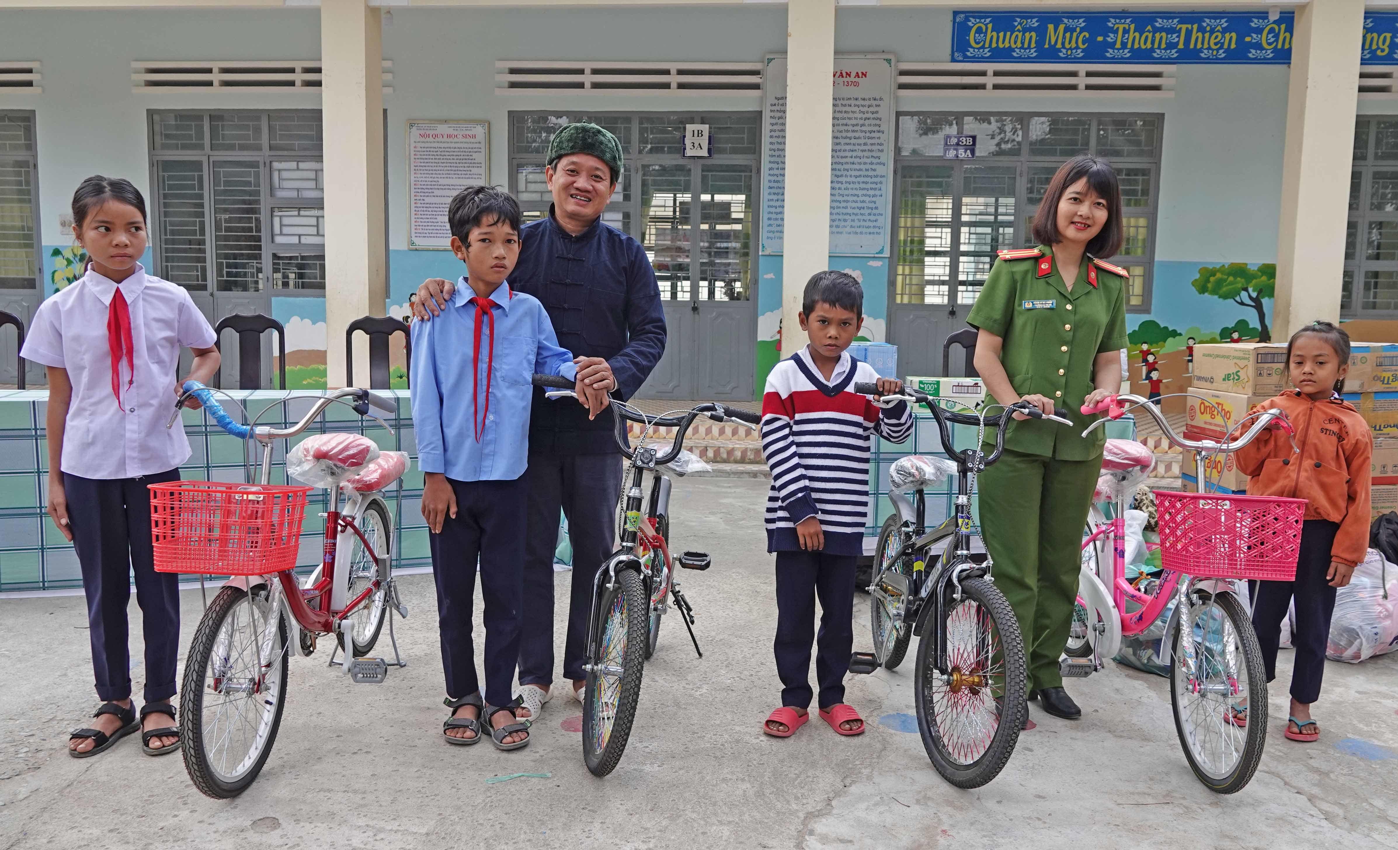 Ông Đoàn Ngọc Hải hội ngộ nữ ĐBQH Ksor H'Bơ Khắp với lỉnh kỉnh dép, xe đạp, sữa...