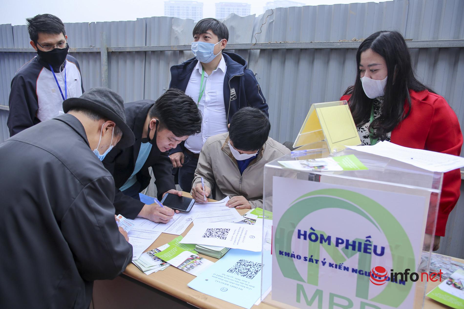 Người dân tham quan đoàn tàu Metro Nhổn - ga Hà Nội