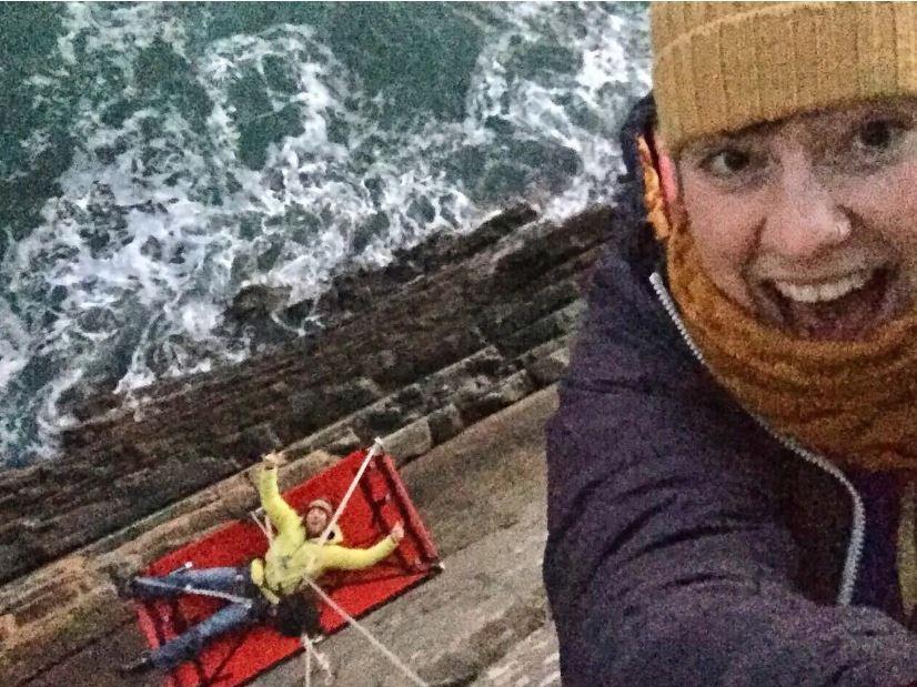 Kinh hoàng thử thách ngủ cheo leo bên vách núi giữa biển