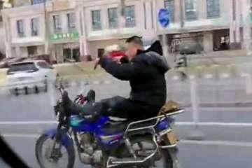 'Diễn xiếc' trên đường, người đàn ông đi xe máy bị bắt giam 15 ngày