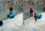 Hú vía clip cháu bé bị treo lơ lửng ở cổng, lời cảnh báo tới cha mẹ về trông chừng con