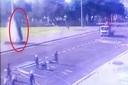 Gia Lai: Ô tô lao vào vun vút quảng trường, 'trèo' lên cột cờ