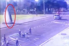 Gia Lai: Ô tô lao vun vút vào quảng trường, 'trèo' lên cột cờ