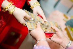 Nhìn chị dâu trao 5 cây vàng cho con gái ngày cưới mà tôi tức giận tột cùng