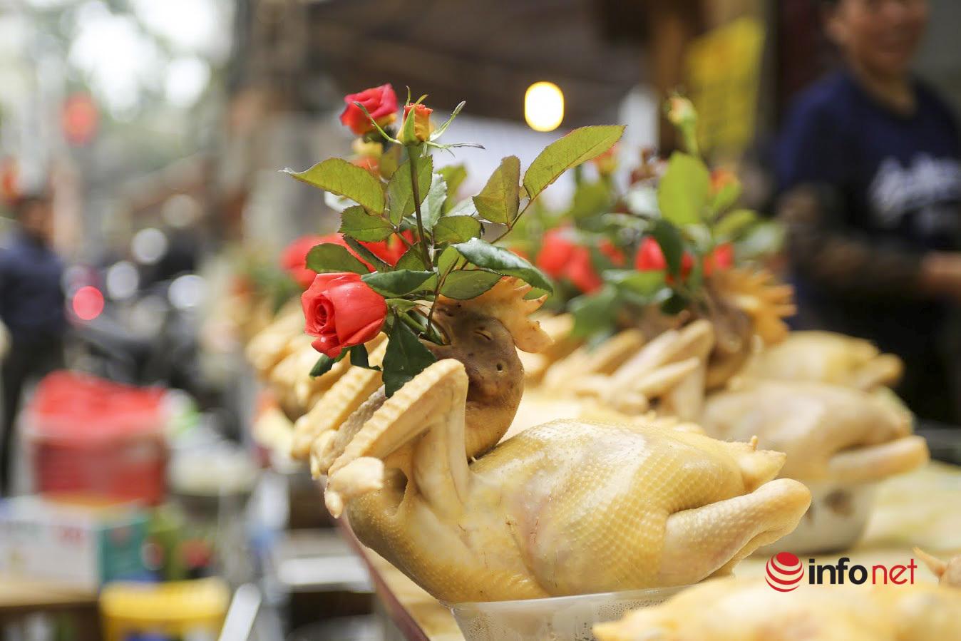Gà ngậm hoa hồng giá nửa triệu, tiểu thương chợ Hàng Bè bán cả trăm con trong Rằm tháng Chạp