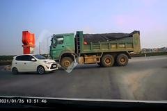 """Dân mạng hả hê xem clip ô tô con """"đối đầu"""" xe tải đi sai phần đường"""