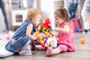 Vì sao không nên ép trẻ nhường đồ chơi cho người khác?