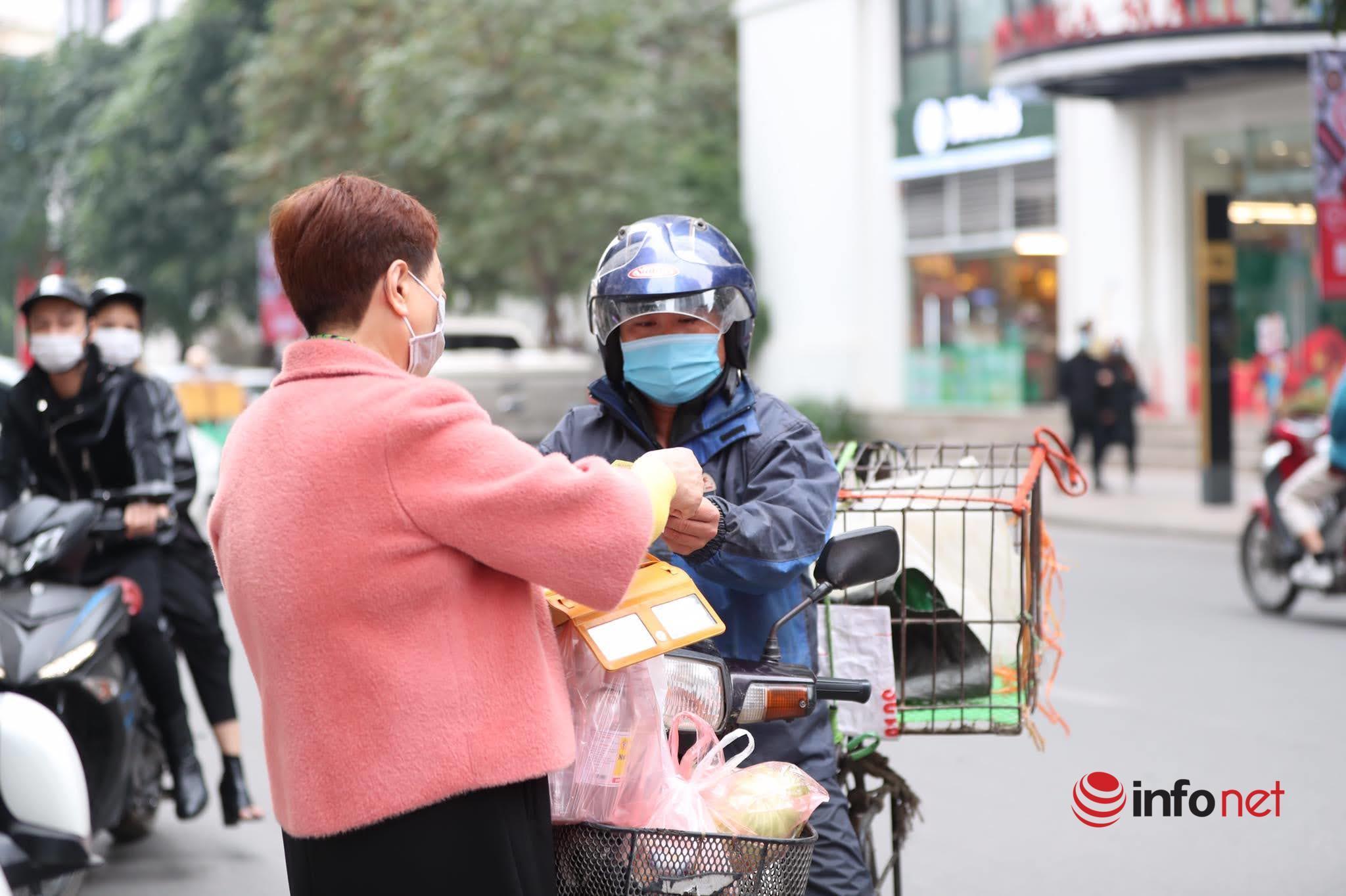 Hà Nội: Người nhà tay xách nách mang 'tiếp tế' cho cư dân chung cư phong tỏa