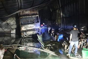 2 vựa phế liệu bốc cháy, người dân nháo nhào di chuyển đồ đạc