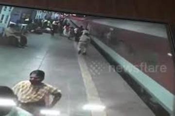 Thót tim khoảnh khắc nhân viên an ninh cứu mạng hành khách đi tàu trong tích tắc