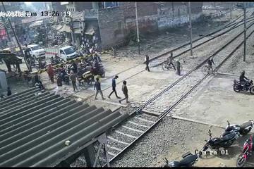 Người đàn ông 'bỏ của chạy lấy người' để tránh bị tàu hỏa đâm