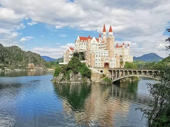 Choáng với vẻ đẹp của khách sạn lộng lẫy như tòa lâu đài trong truyện cổ tích