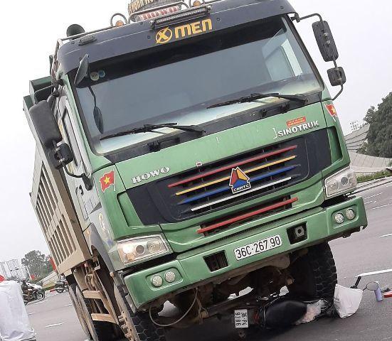 Thanh Hóa: Va chạm với xe tải, 2 người phụ nữ đi xe máy tử vong