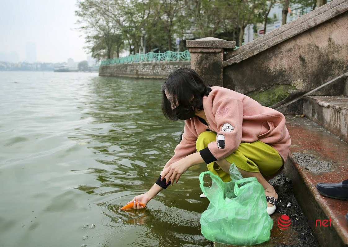 Không còn cảnh thả cá chép kèm túi nilon xuống sông hồ ở Hà Nội