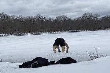 Thử thách lao xuống hồ đóng băng, võ sĩ Gruzia gặp cái kết không như ý