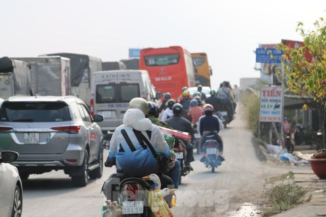 Người dân ùn ùn về quê ăn Tết, quốc lộ miền Tây ùn tắc từ trưa tới tối