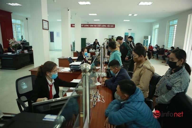 Người dân Nghệ An đi hàng trăm cây số 'rồng rắn' xếp hàng chờ rút tiền ngày cận Tết