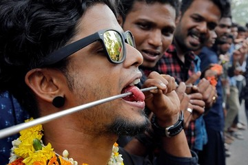 Màn xỏ khuyên sắt ngang cơ thể ghê rợn trong lễ hội Ấn Độ