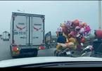 Ngày Tết ai cũng vội nhưng tài xế xe tải vẫn làm một việc đáng cảm phục