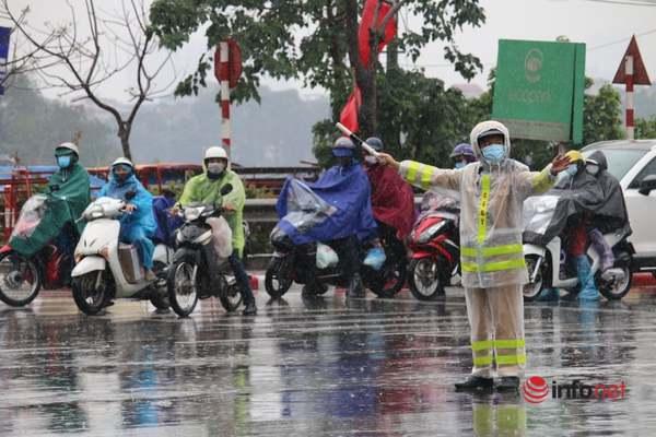 CSGT đội mưa phân luồng giao thông trong ngày giáp Tết