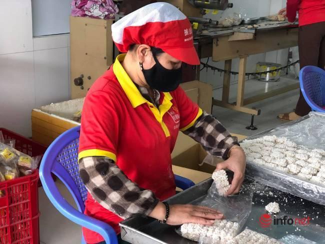 Nổi lửa từ 2h sáng, làng nghề bánh khô mè nức tiếng miền Trung vẫn không đủ bán dịp Tết