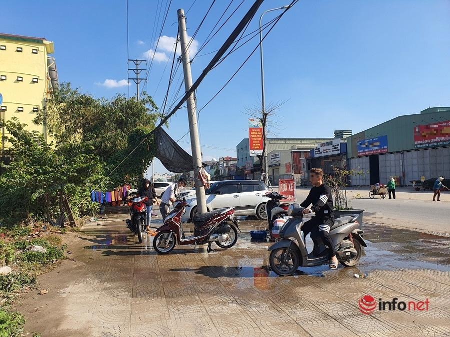 Sau mưa lớn, rửa xe ngày Tết giá tăng vọt gấp 3, khách vẫn xếp hàng nườm nượp