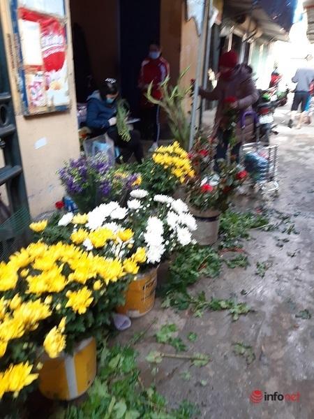 Chợ Tết ngày 30, tiểu thương bán hoa 'phá giá', giá rẻ như cho