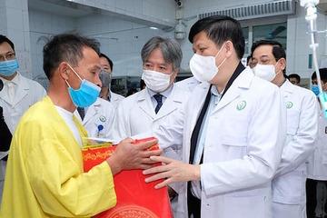 Những người đón giao thừa ở bệnh viện