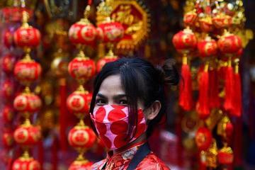 Người dân châu Á vui Tết nhưng không quên phòng dịch