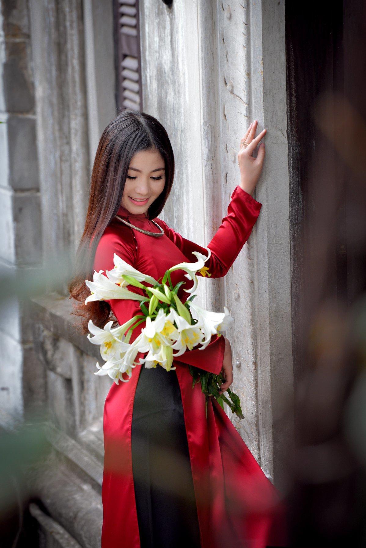 Các cách tạo dáng đẹp khi chụp ảnh với áo dài tôn vinh đường cong, thần thái
