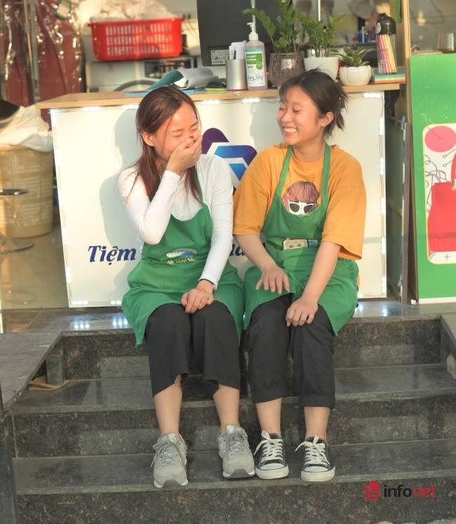 Cô gái khiếm thính mở tiệm giặt là doanh thu tiền triệu mỗi ngày giúp người cùng hoàn cảnh