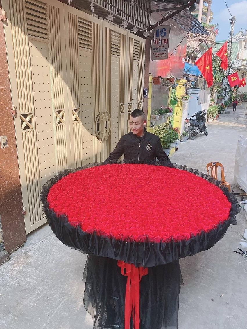 Chàng trai xứ Nghệ gây 'sốt' mạng xã hội với bó hoa Valentine 999 bông hồng sáp