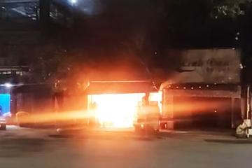 Quảng Nam: Phá cửa cứu 6 người trong 2 ngôi nhà cháy ngùn ngụt lúc nửa đêm
