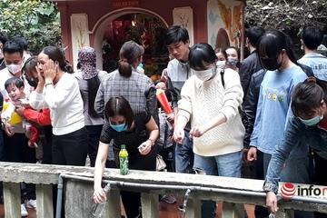 Trăm người xếp hàng rửa mặt, xin nước thánh ở lễ hội Phủ Na