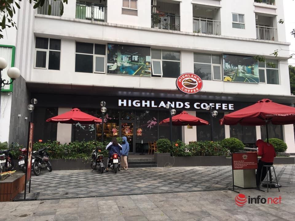 Quán cà phê ở Hà Nội mở 'hấp háy', cửa đóng cửa mở sau lệnh cấm