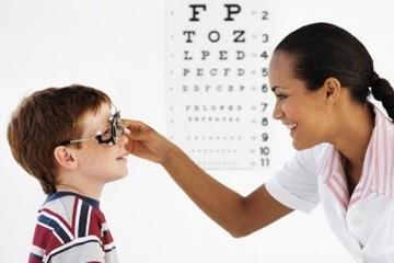 Thị lực bình thường, bé 9 tuổi khám mắt định kỳ phát hiện dị tật tim